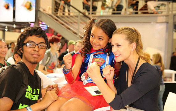 'Supergirl' Stars Sign Autographs at Comic-Con 2015 (Photo Gallery)